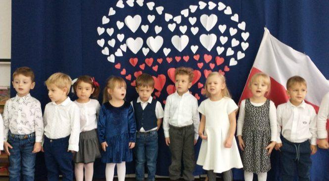 Dzieci z grupy Tygrysy śpiewają Hymn Polski