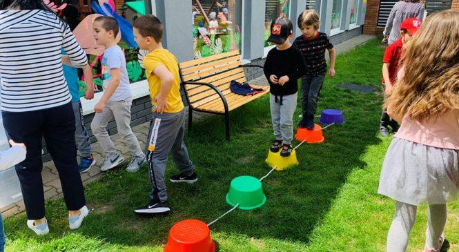 Zabawy w Dniu Dziecka na przedszkolnym placu zabaw